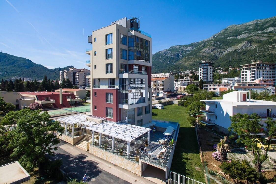 Терміновий продаж готелю в Чорногорії на березі моря зі своїм пляжем — ціна знижена на 45%